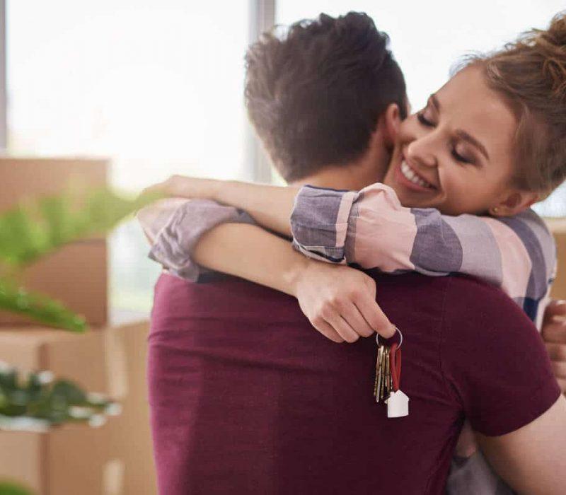Szczęsliwe małżeństwo w nowym mieszkaniu